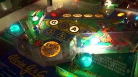 Weinlese-Flipperautomat-Montage von Stoßschlägen, von Spinnern, von Lichtern und von Prämien stock video