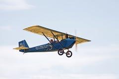 Weinlese-Flugzeug im Flug Stockfotos