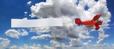 Weinlese-Flugzeug mit Fahne Stockfotografie