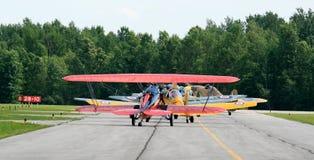 Weinlese-Flugzeug-Warteschlange Lizenzfreies Stockfoto