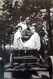 Weinlese-Foto der Mädchen in einem Auto Stockfotos
