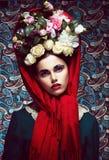 Weinlese. Frau im roten Schal und im Kranz der Rosen. Retro Lizenzfreie Stockfotos