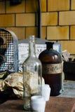 Weinlese-freier Raum u. Brown-Glasflaschen - verlassene Glasfabrik Lizenzfreies Stockfoto