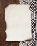 Weinlese gebrannte Papierkarte und Häkelspitze Lizenzfreie Stockbilder