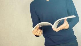 Weinlese gefiltert gelesen und offenes Buch lizenzfreie stockbilder