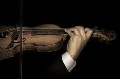 Weinlese gefiltert vom Violinistspielen Stockfoto