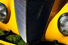 Weinlese-gelbes Auto mit Chrome-Grill stockbild