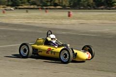 Weinlese gelbes racecar stockfotografie