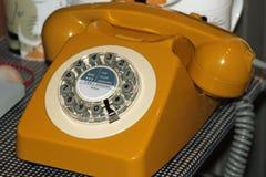 Weinlese-gelbes Telefon Stockfoto