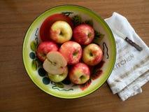 Weinlese gemaltes Tin Bowl mit Äpfeln mit dem Geschirrtuch und Schnipsel stockfoto