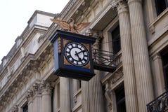 Weinlese gestaltete alte Uhr auf einer Fassade Stockfotos