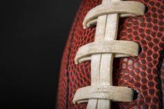 Weinlese getragener Ball des amerikanischen Fußballs mit sichtbaren Spitzeen, Stichen und Schweinehautmuster Lizenzfreie Stockbilder