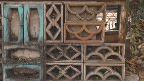 Weinlese-Gitter-Ziegelstein durch alten Wand-Hintergrund lizenzfreie stockfotografie