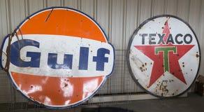 Weinlese-Golf und Texaco-Öl-Zeichen Stockfoto