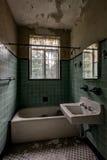 Weinlese-grünes mit Ziegeln gedecktes Badezimmer mit Befestigungen - verlassene Villa Stockfoto