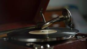 Weinlese-Grammophon - Spielen von Vinylaufzeichnungen, nostalgische Gedächtnisse stock footage
