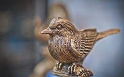 Weinlese gravierter Bronzemetallvogel stockbilder