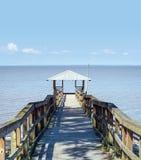 Weinlese-hölzerner Fischen-und Schwimmen-Pier Stockfoto