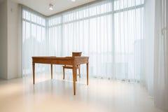 Weinlese, hölzerner Schreibtisch innerhalb des reinen Innenraums Stockfoto