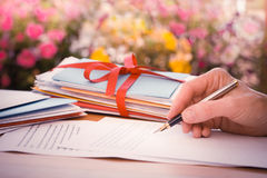 Weinlese-Hand mit Pen Writing Letter durch Blumen lizenzfreies stockfoto