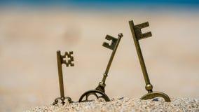Weinlese-Hauptschlüssel auf Strand lizenzfreies stockbild