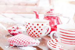 Weinlese-Herz, heiße Tasse Tee auf dem Schnee, rote Teekanne Lizenzfreie Stockfotografie
