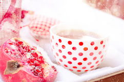 Weinlese-Herz, heiße Tasse Tee auf dem Schnee, rote Teekanne Stockfoto