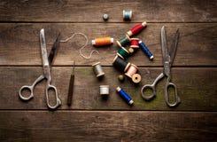 Weinlese-Hintergrund mit nähenden Werkzeugen und gefärbt Stockfoto