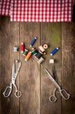 Weinlese-Hintergrund mit nähenden Werkzeugen und gefärbt Stockbilder