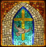 Weinlese-hispanisches katholisches Buntglas-Taube-Kreuz Stockfotos