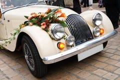 Weinlese-Hochzeits-Auto verziert mit Blumen lizenzfreie stockfotografie