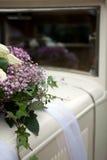 Weinlese-Hochzeits-Auto verziert mit Blumen. Lizenzfreie Stockfotografie