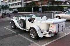Weinlese-Hochzeits-Auto verziert mit Blumen Lizenzfreies Stockbild