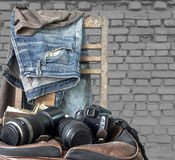 Weinlese, Jeans auf einem Holzstuhl Stockbilder