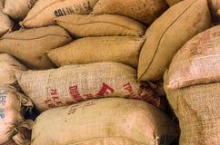 Weinlese-Kaffeesäcke auf einer Kaffeeplantage lizenzfreies stockfoto