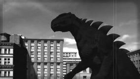 Weinlese Kaiju-Film: Angriff der Monster BW-Version stock video footage