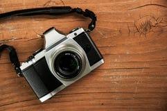 Weinlese-Kamera auf hölzernem Brett Stockfoto