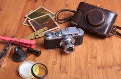 Weinlese Kamera und accesoriess auf hölzernem Hintergrund Stockbild