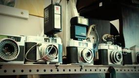 Weinlese-Kameras angezeigt auf Regal Lizenzfreies Stockbild