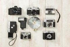 Weinlese-Kameras mit Blitz auf Fußbodenbrett Stockbilder