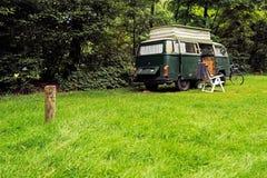 Weinlese kampierendes Van auf Wiese im Wald Lizenzfreies Stockfoto