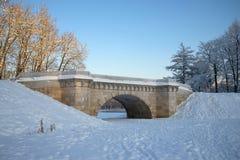 Weinlese Karpin-Brücke des Gatchina-Parks an einem Januar-Tag Russland Stockbild