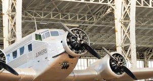 Weinlese-Klapperkiste-Flugzeug-Zwilling beflügelt keinen Rahmen stockfotografie