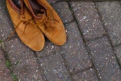Weinlese-klassische lederne Brown-Schuhe mit Spitze-Stein-Straße Backg Stockfotografie