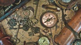 Weinlese-klassischer Kompass und Hauptschlüssel lizenzfreie stockfotos