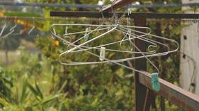 Weinlese-Kleiderbügel auf Rusty Rack im Garten - Landschaft Vietnam lizenzfreies stockfoto