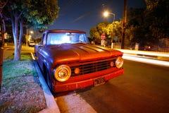 Weinlese-Kleintransporter nachts stockfotos