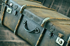 Weinlese-Koffer a auf hölzernem Hintergrund Lizenzfreies Stockbild