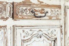 Weinlese Kommode mit dem Schnitzen der weißen Farbe mit dem Verblassen und Metallgriff Nahaufnahme Selektiver Fokus stockfotos