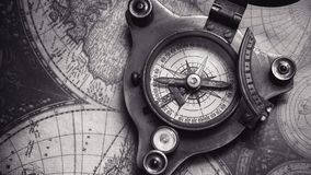 Weinlese-Kompass auf Weltkarte stockbild